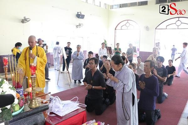 Ốc Thanh Vân đến sớm phụ giúp gia đình nghệ sĩ Lê Bình trước giờ diễn ra lễ viếng-9