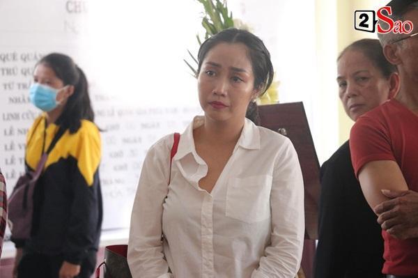 Ốc Thanh Vân đến sớm phụ giúp gia đình nghệ sĩ Lê Bình trước giờ diễn ra lễ viếng-12