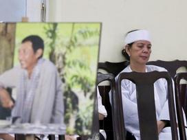 Vợ cũ ngồi thất thần một góc trong tang lễ cố nghệ sĩ Lê Bình: 'Tôi vô cùng đau đớn'