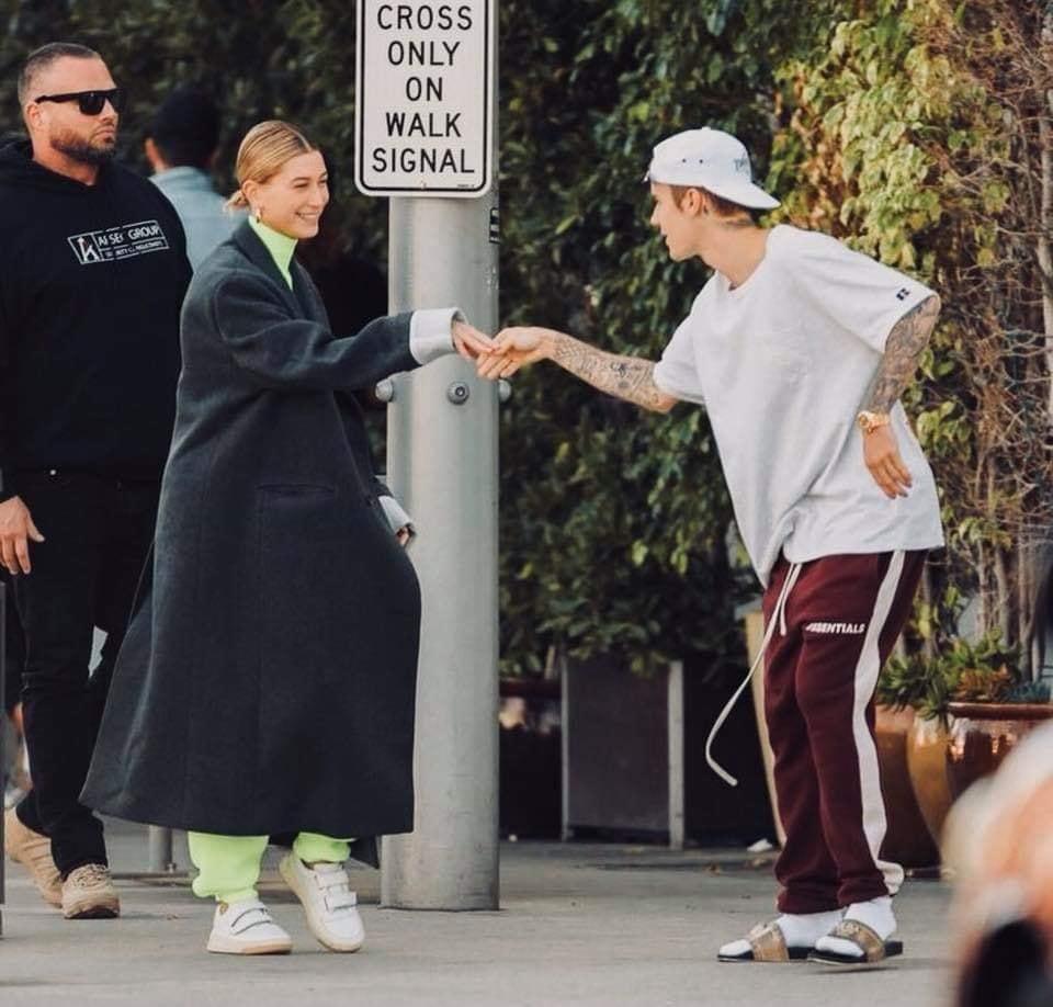 Liên tục bị so sánh với Selena Gomez, vợ Justin Bieber đáp trả hội khóc mướn cực gắt: Lũ nhóc sống ảo-4