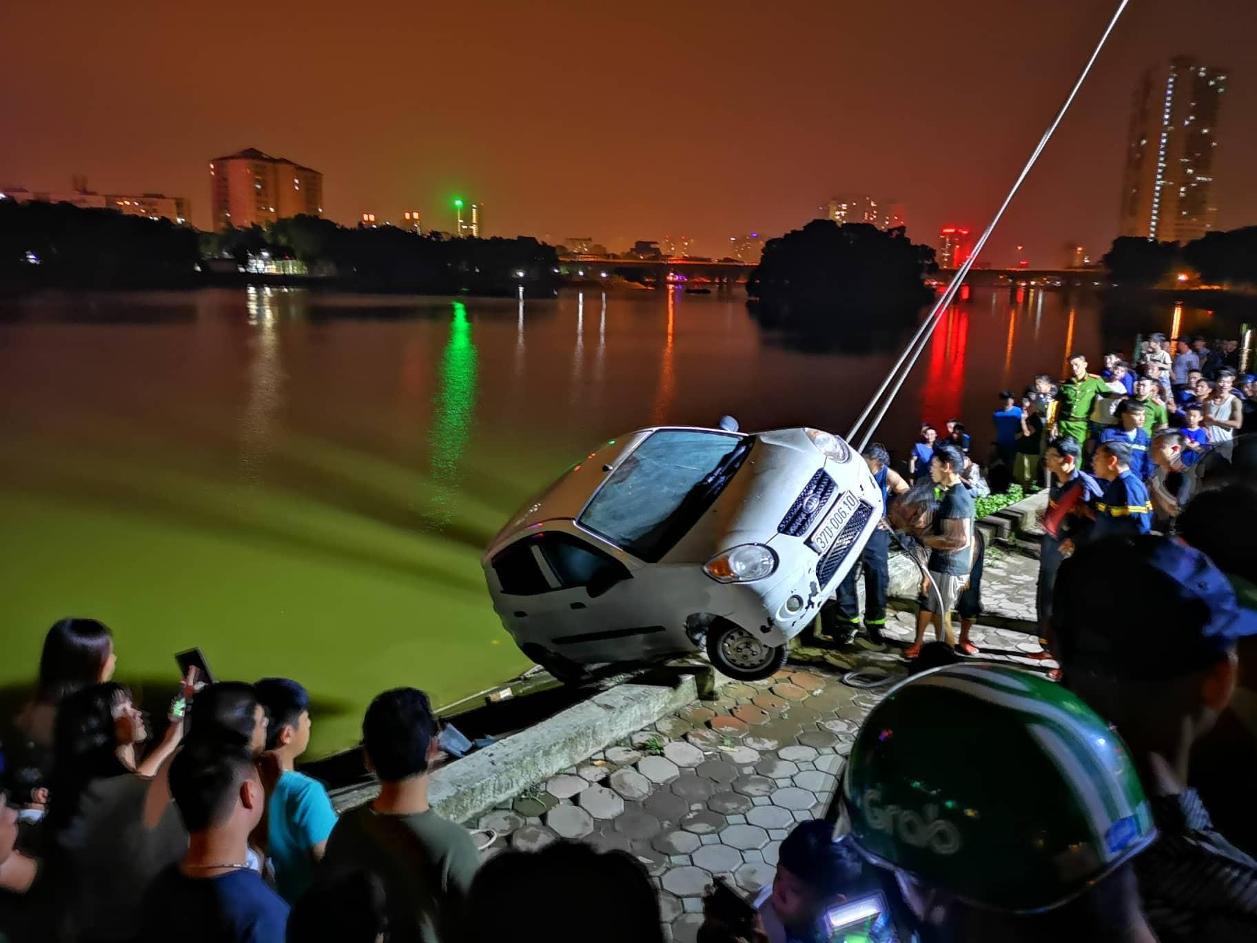 Hà Nội: Tài xế ô tô 4 chỗ mất lái, lao xe xuống hồ Linh Đàm khiến nhiều người thót tim-5