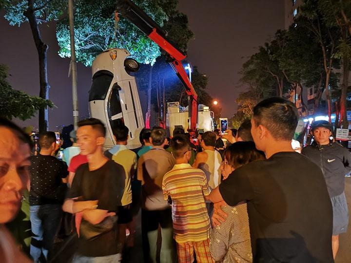 Hà Nội: Tài xế ô tô 4 chỗ mất lái, lao xe xuống hồ Linh Đàm khiến nhiều người thót tim-6