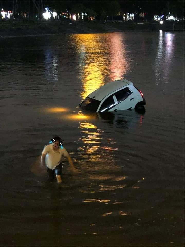 Hà Nội: Tài xế ô tô 4 chỗ mất lái, lao xe xuống hồ Linh Đàm khiến nhiều người thót tim-2