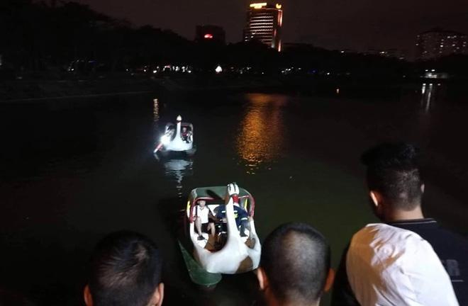 Hà Nội: Tài xế ô tô 4 chỗ mất lái, lao xe xuống hồ Linh Đàm khiến nhiều người thót tim-3