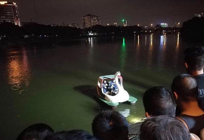 Hà Nội: Tài xế ô tô 4 chỗ mất lái, lao xe xuống hồ Linh Đàm khiến nhiều người thót tim-4