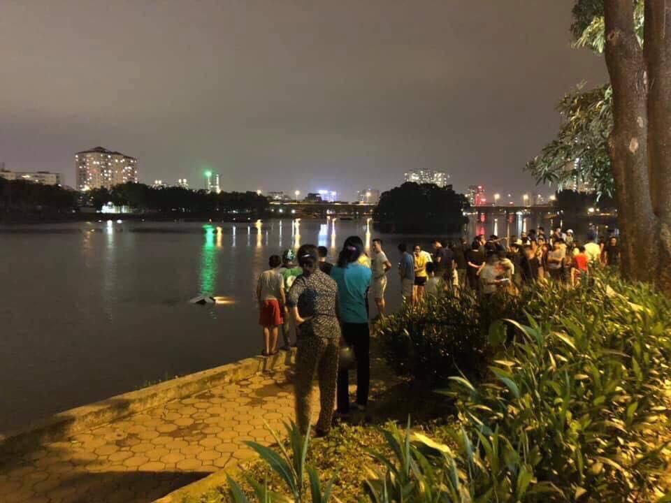 Hà Nội: Tài xế ô tô 4 chỗ mất lái, lao xe xuống hồ Linh Đàm khiến nhiều người thót tim-1