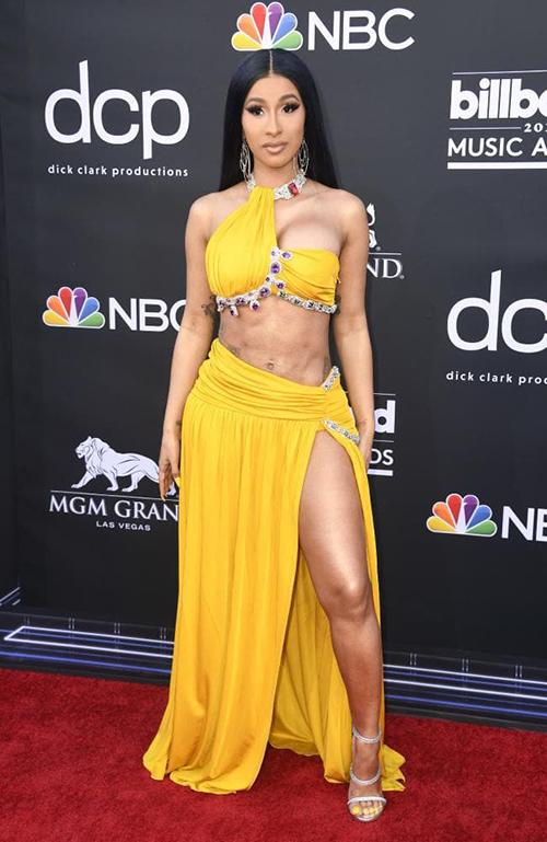 Nữ rapper Cardi B dán sticker làm trang phục mặc như không-4