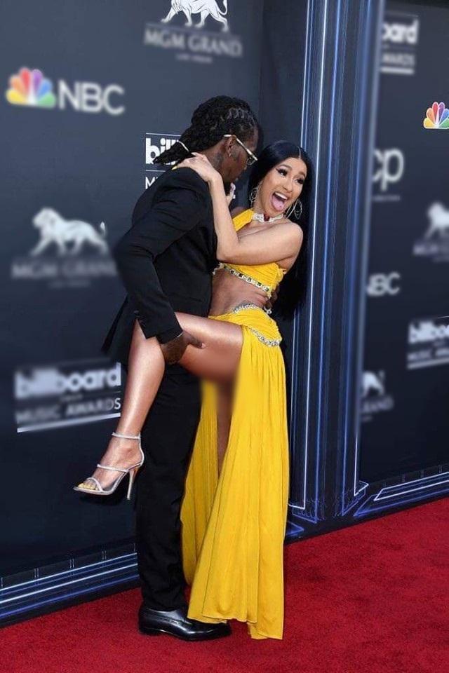 Nữ rapper Cardi B dán sticker làm trang phục mặc như không-5