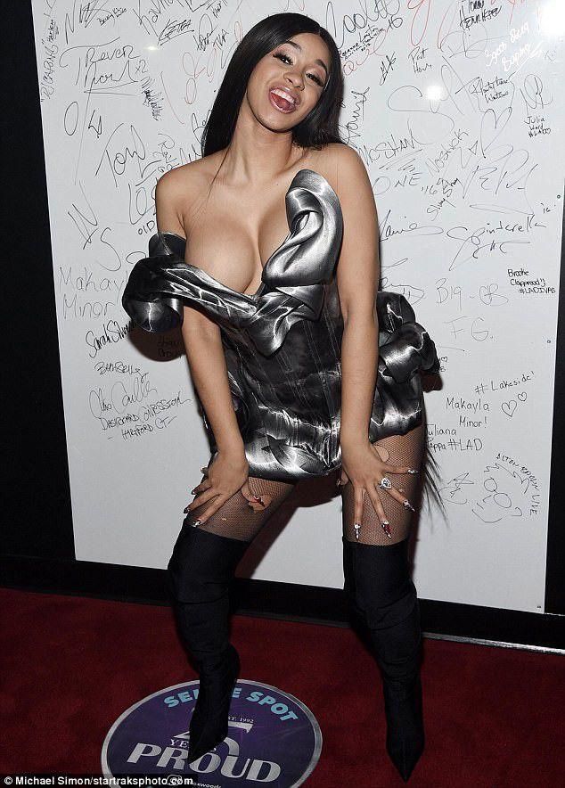 Nữ rapper Cardi B dán sticker làm trang phục mặc như không-6
