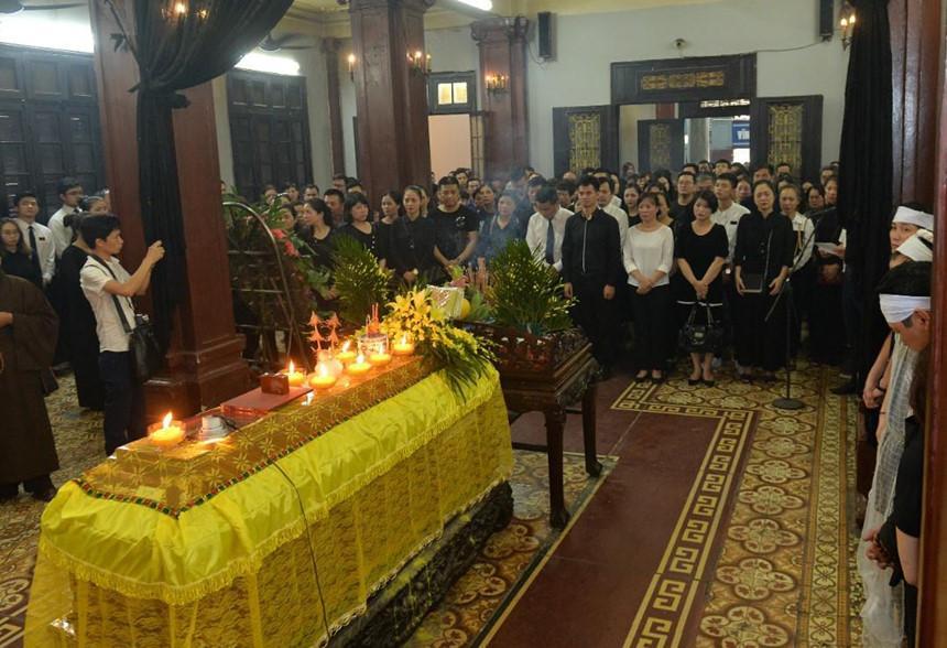 Xuân Bắc và nghệ sĩ nhà hát viếng đồng nghiệp vụ tai nạn hầm Kim Liên-11