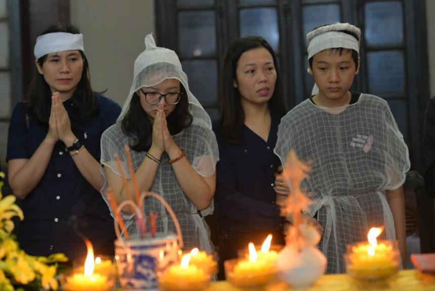 Xuân Bắc và nghệ sĩ nhà hát viếng đồng nghiệp vụ tai nạn hầm Kim Liên-2