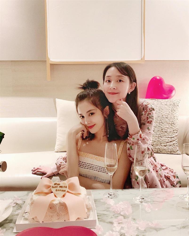 Đón sinh nhật 27 tuổi nhẹ nhàng bên chị gái, Cổ Lực Na Trát khoe nhan sắc xinh đẹp không tì vết-1