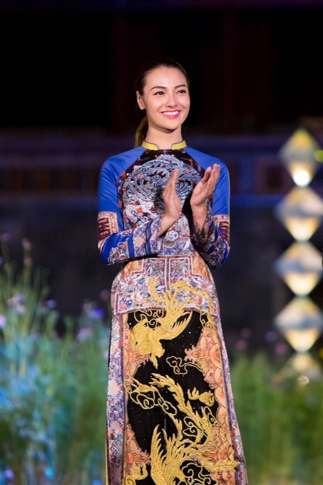 Gái hư Hồng Quế nền nã đến lạ trong tà áo dài lấy cảm hứng từ văn hóa triều Nguyễn-2