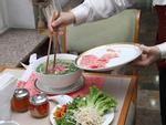 Cô gái nặng 130 kg xuýt xoa thưởng thức phở, bánh xèo Việt-1
