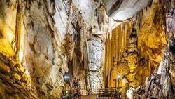 Du khách thản nhiên phá hủy khối thạch nhũ hàng triệu năm tuổi về làm kỷ niệm