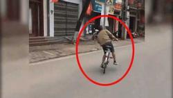 Clip: Người đàn ông say rượu đạp xe trong trạng thái 'biêng biêng', quát tháo ô tô đang đỗ lề đường 'sao không chịu tránh ra?'