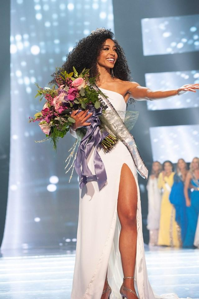 Hoàng Thùy gặp đối thủ cực mạnh tại Miss Universe 2019: Vẻ đẹp diva, cơ bụng 6 múi và khối óc tuyệt vời-3