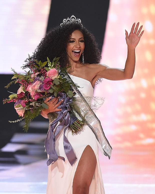 Hoàng Thùy gặp đối thủ cực mạnh tại Miss Universe 2019: Vẻ đẹp diva, cơ bụng 6 múi và khối óc tuyệt vời-4