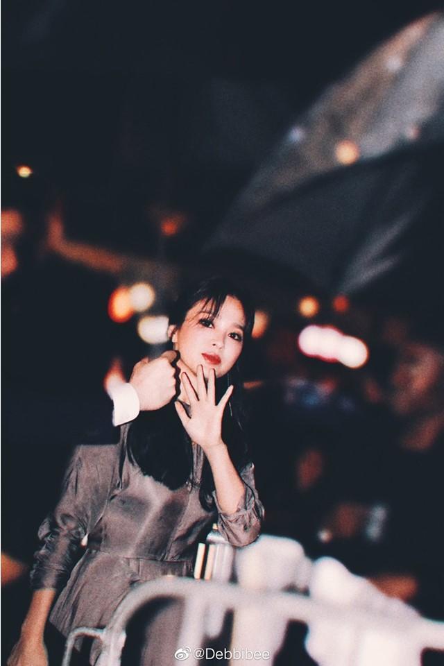 Song Hye Kyo đẹp lộng lẫy đi sự kiện nhưng nhẫn cưới đã không cánh mà bay-3