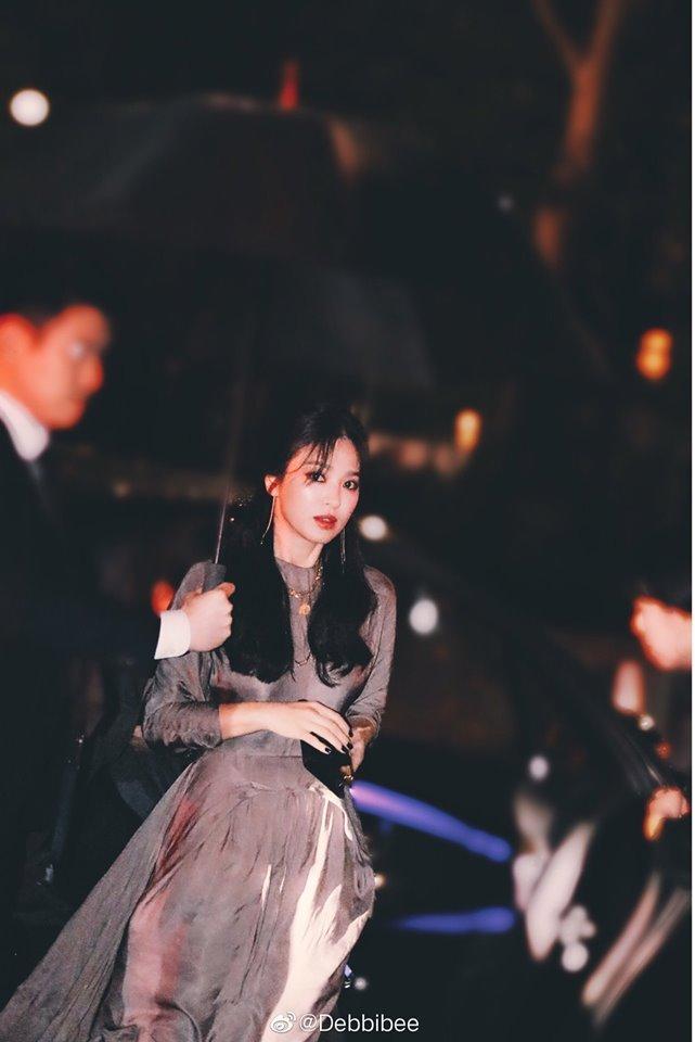 Song Hye Kyo đẹp lộng lẫy đi sự kiện nhưng nhẫn cưới đã không cánh mà bay-4