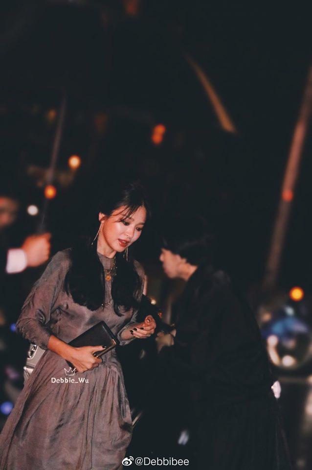 Song Hye Kyo đẹp lộng lẫy đi sự kiện nhưng nhẫn cưới đã không cánh mà bay-5