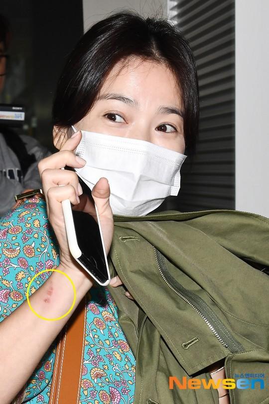 Song Hye Kyo đẹp lộng lẫy đi sự kiện nhưng nhẫn cưới đã không cánh mà bay-8
