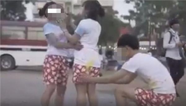 Đã tụt quần bạn nữ khi chụp ảnh kỷ yếu còn quay clip, nam sinh bị ném đá không trượt phát nào-1