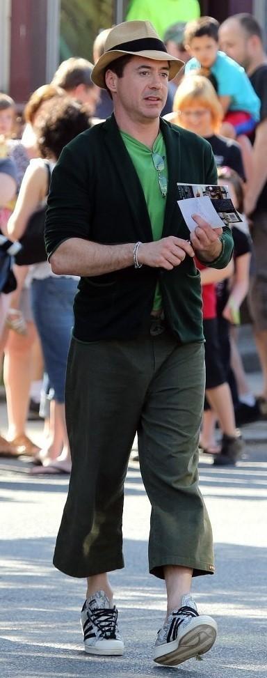 Hoa mắt với thời trang ngoài đời của Iron Man Robert Downey Jr: đố ai tìm được màu nào chú đây chưa thử?-15