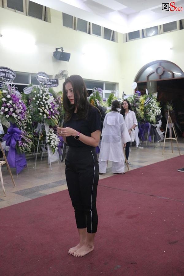 Nam Thư cẩn thận cởi giày thắp nhang vĩnh biệt nghệ sĩ Lê Bình trong đêm viếng cuối-1
