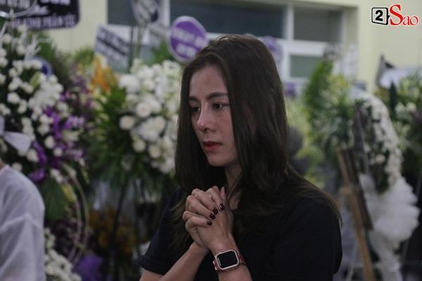 Nam Thư cẩn thận cởi giày thắp nhang vĩnh biệt nghệ sĩ Lê Bình trong đêm viếng cuối-2