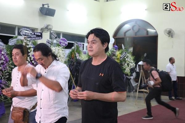 Nam Thư cẩn thận cởi giày thắp nhang vĩnh biệt nghệ sĩ Lê Bình trong đêm viếng cuối-16