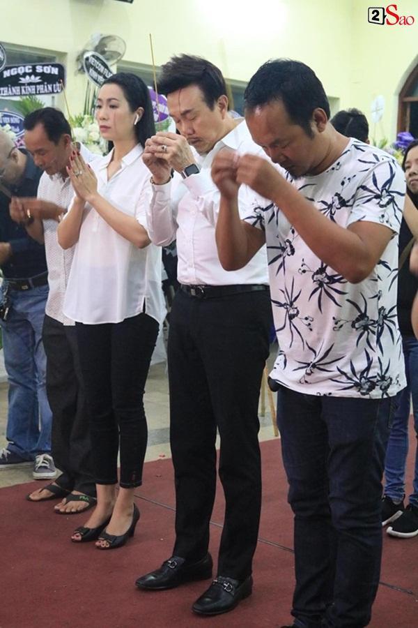 Nam Thư cẩn thận cởi giày thắp nhang vĩnh biệt nghệ sĩ Lê Bình trong đêm viếng cuối-8