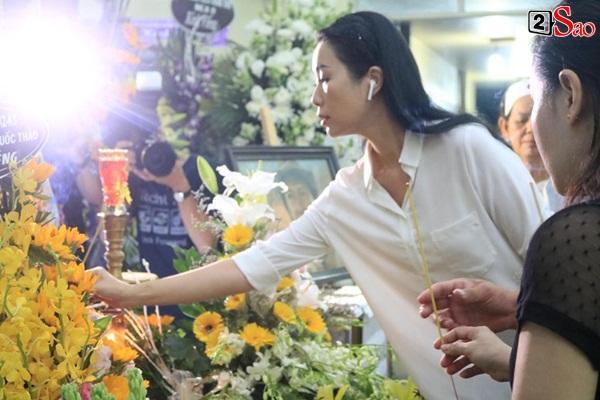 Nam Thư cẩn thận cởi giày thắp nhang vĩnh biệt nghệ sĩ Lê Bình trong đêm viếng cuối-9