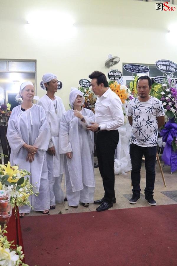 Nam Thư cẩn thận cởi giày thắp nhang vĩnh biệt nghệ sĩ Lê Bình trong đêm viếng cuối-11