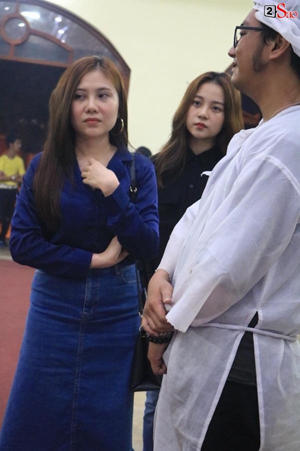 Nam Thư cẩn thận cởi giày thắp nhang vĩnh biệt nghệ sĩ Lê Bình trong đêm viếng cuối-17