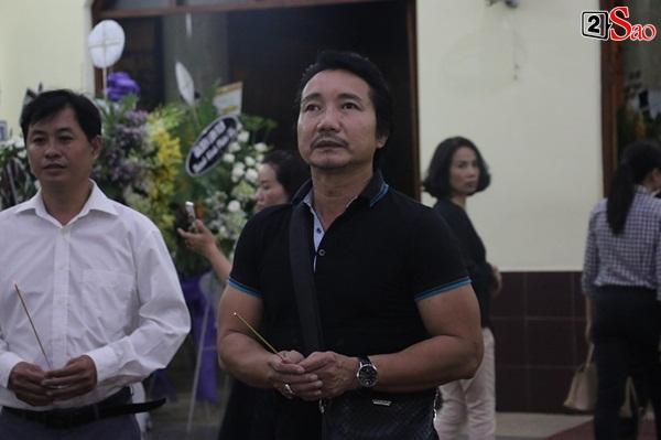 Nam Thư cẩn thận cởi giày thắp nhang vĩnh biệt nghệ sĩ Lê Bình trong đêm viếng cuối-14