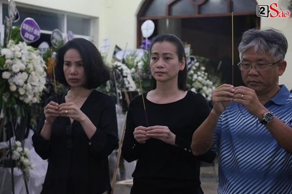 Nam Thư cẩn thận cởi giày thắp nhang vĩnh biệt nghệ sĩ Lê Bình trong đêm viếng cuối-15