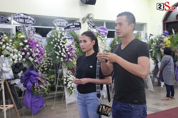 Nam Thư cẩn thận cởi giày thắp nhang vĩnh biệt nghệ sĩ Lê Bình trong đêm viếng cuối-7
