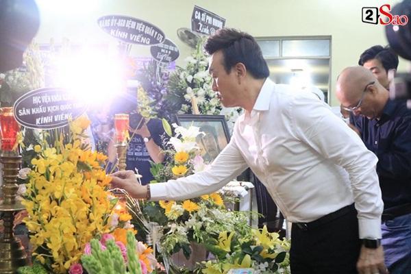 Nam Thư cẩn thận cởi giày thắp nhang vĩnh biệt nghệ sĩ Lê Bình trong đêm viếng cuối-10