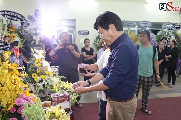 Nam Thư cẩn thận cởi giày thắp nhang vĩnh biệt nghệ sĩ Lê Bình trong đêm viếng cuối-12