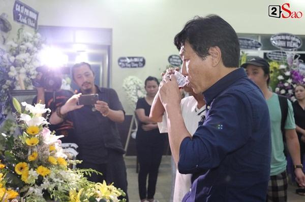 Nam Thư cẩn thận cởi giày thắp nhang vĩnh biệt nghệ sĩ Lê Bình trong đêm viếng cuối-13