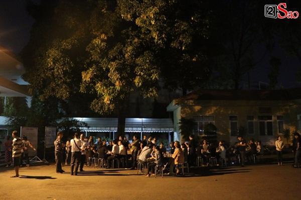Nam Thư cẩn thận cởi giày thắp nhang vĩnh biệt nghệ sĩ Lê Bình trong đêm viếng cuối-19