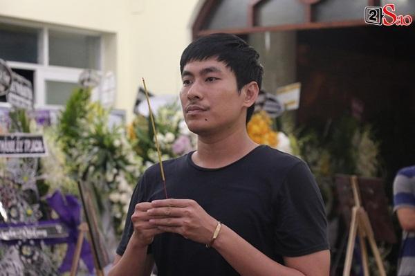 Nam Thư cẩn thận cởi giày thắp nhang vĩnh biệt nghệ sĩ Lê Bình trong đêm viếng cuối-3