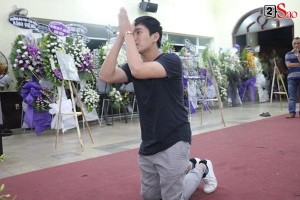 Nam Thư cẩn thận cởi giày thắp nhang vĩnh biệt nghệ sĩ Lê Bình trong đêm viếng cuối-5