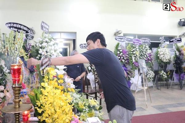 Nam Thư cẩn thận cởi giày thắp nhang vĩnh biệt nghệ sĩ Lê Bình trong đêm viếng cuối-4