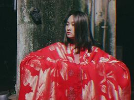 Dân mạng thích thú với nàng Cám phiên bản nữ sinh và chiếc chăn đỏ