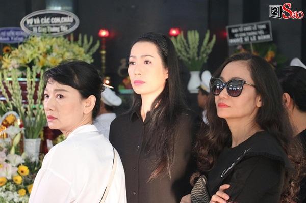 Vợ cũ và các con của cố nghệ sĩ Lê Bình xót xa nhìn linh cữu được đưa đi hỏa táng-1