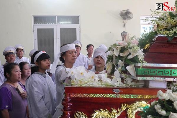 Vợ cũ và các con của cố nghệ sĩ Lê Bình xót xa nhìn linh cữu được đưa đi hỏa táng-5