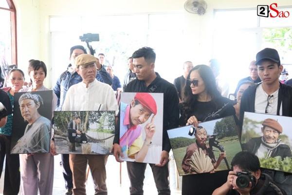 Vợ cũ và các con của cố nghệ sĩ Lê Bình xót xa nhìn linh cữu được đưa đi hỏa táng-10