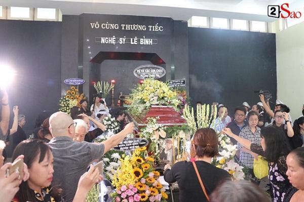 Vợ cũ và các con của cố nghệ sĩ Lê Bình xót xa nhìn linh cữu được đưa đi hỏa táng-6